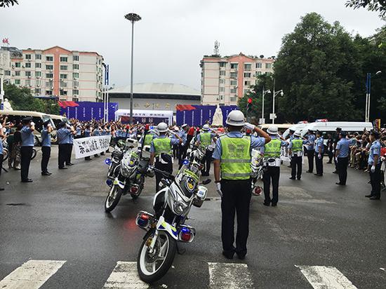 民警送别两位战友。磅礴新闻记者 王鑫 图