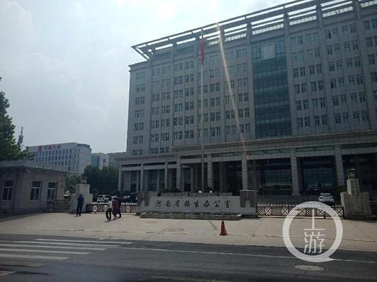 8月7日,四名考生家长走进河南省招办反映情况。 本文图均为 上游新闻 图