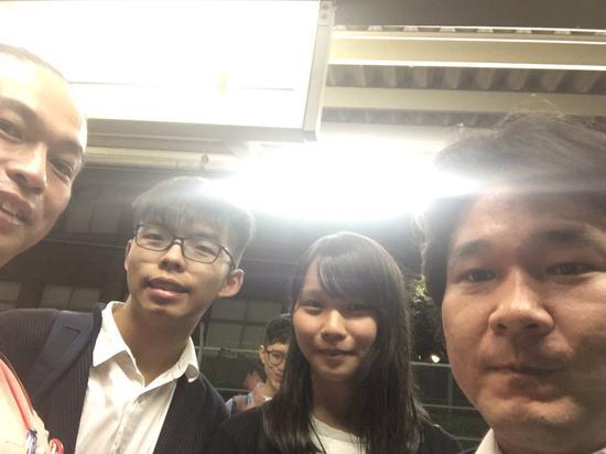 和田健一郎和周庭(中)、黄之锋(左二) 图自和田健一郎2017年6月的社交媒体