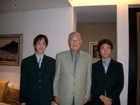 和田健一郎(右)和李登辉的合照 图自港媒