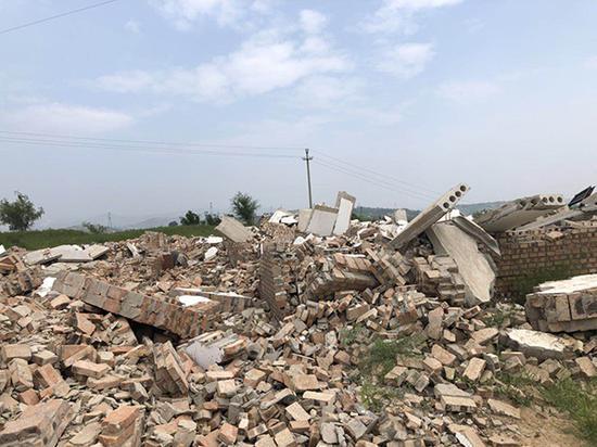 穆家坡村的50多间房一夜之间被300多人强行拆除,只剩下废墟。
