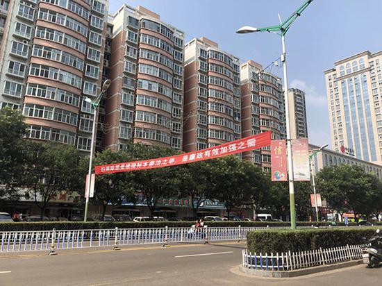 """柳林县到处悬挂着""""扫黑除恶""""一样的宣传标语。"""