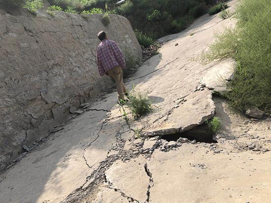 邓家洼村因煤矿过度采挖,地基下沉严重,村里已到处裂痕残破不堪。