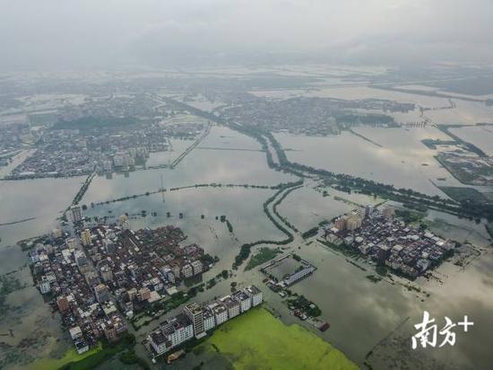 9月1日,汕头市潮阳区铜盂镇和谷饶镇一片泽国,许多村庄街道被洪水围困。