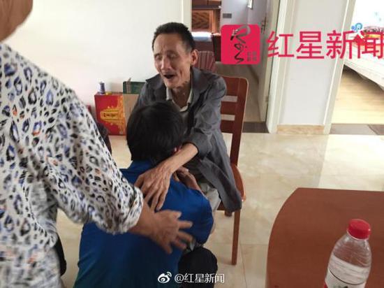 图为黄建国到家后跪倒在病弱的老父亲面前