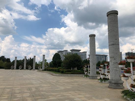 汝城县举债修建的爱莲广场东侧,8根图腾石柱屹立于此。
