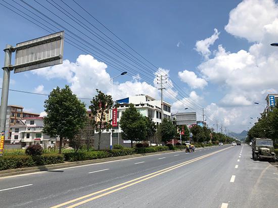 汝城县黎明村村前马路崭新且宽阔。