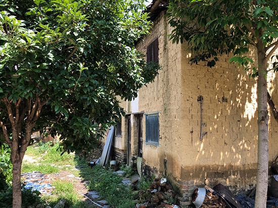 汝城县乾塘村的一栋民房,据村民介绍,该房的房梁坍塌,住户无力修缮,已经搬走。