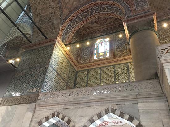蓝色清真寺的名称即来自这些浅蓝色的瓷砖