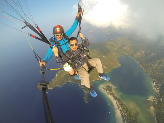 费特希耶死海上空的滑翔伞