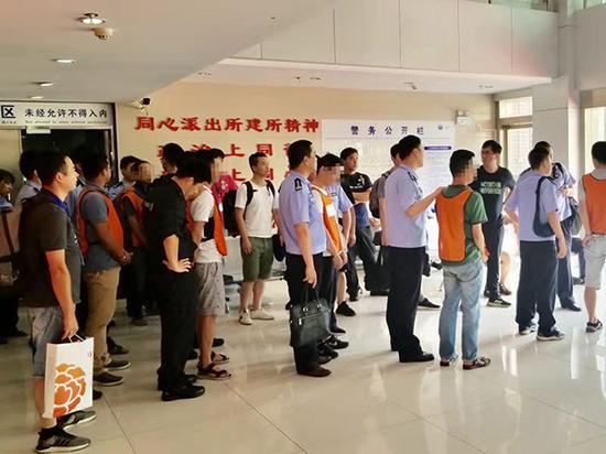 上海警方捣毁传销窝点。 澎湃新闻记者 杨帆 摄