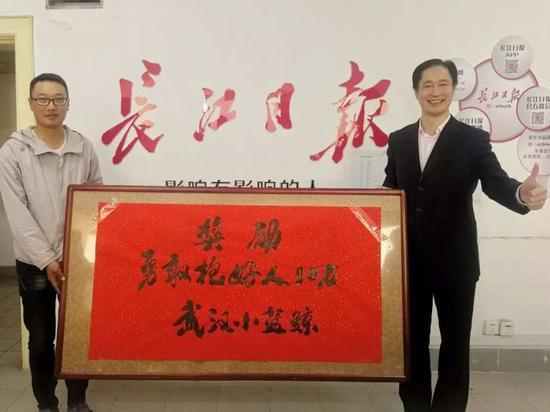 刘国梁(右)奖励吴烨(左)10万元 记者张宁 摄 来源:长江日报