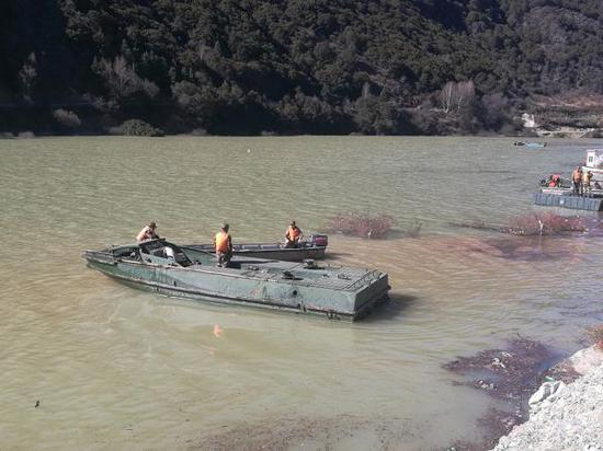 2018年11月9日10点20分,由第77集团军某工兵旅抽组的工程兵舟桥部队经过40多小时的昼夜连续机动,抵达西藏江达县波罗乡,现已展开金沙江堰塞湖抢险救灾的水上作业。视觉中国 图