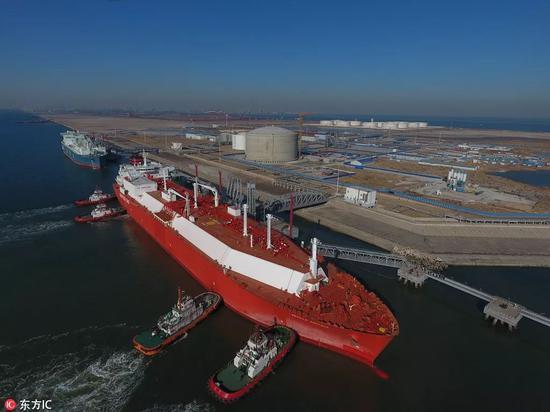 """▲资料图片:2017年12月,装载着7万吨液化天然气的""""塞维利亚努森""""号船舶停靠在天津LNG接收站码头。"""