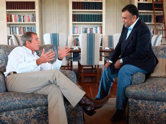 △2002年,班达尔亲王与美国前总统小?#38469;?#20132;谈。