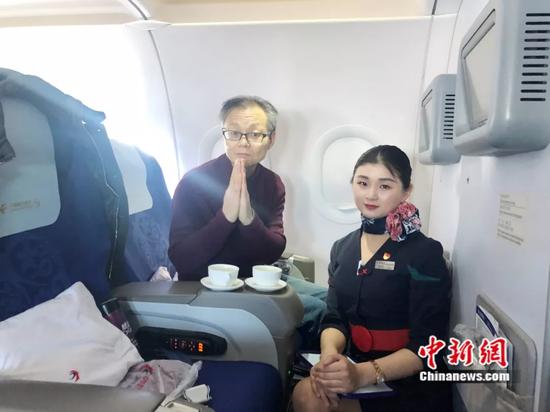 乘务长尚舒萍(右)与凌先生(左)合影留念(凌铁牛供图)