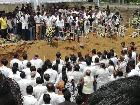 当地?#29992;?#20026;遇难者举办葬礼/受访者供图