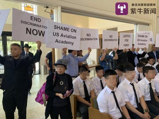 当地华人举牌抗议USAG歧视
