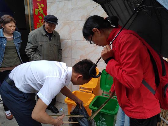 陈立雯(穿红衣者)在东阳乡指导村民进行垃圾分类。受访者供图