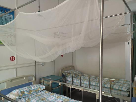 勐腊县磨憨镇中心卫生院的隔离病房内,有蚊帐、纱窗等设施。此前,这里隔离过大量疟疾患者。新京报记者 吴靖 摄