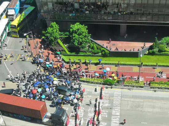 香港司机惨遭示威者围堵捆绑 忍无可忍冲破路障|被绑|罢工