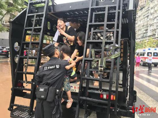 暴雨后 四川攀登突击车防爆装甲车2小时转运900人|积水|特警