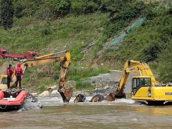 四川广元一装载机载人过漫水桥 5人获救3人死亡|四川