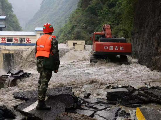 8月23日,当地抢修出卧龙镇至龙潭水电站大坝的应急通道。 四川卧龙国家级自然保护区管理局供图