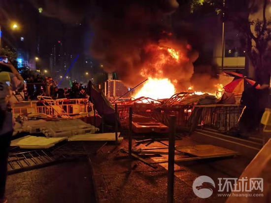 暴力请愿者31日正在喷鼻港多天放火。全球时报-全球网特派喷鼻港记者杨降摄