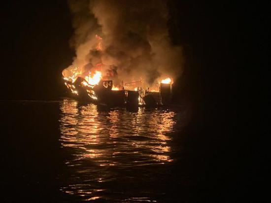 本地工夫2019年9月2日,好国减利祸僧亚州北部文图推县圣克鲁斯岛四周海疆,一艘游船发作火警。 视觉中国 材料