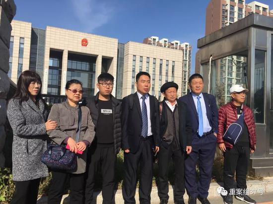 金哲白案再审开庭时,其家眷战状师正在法庭门心。新京报记者 袁静伟 摄