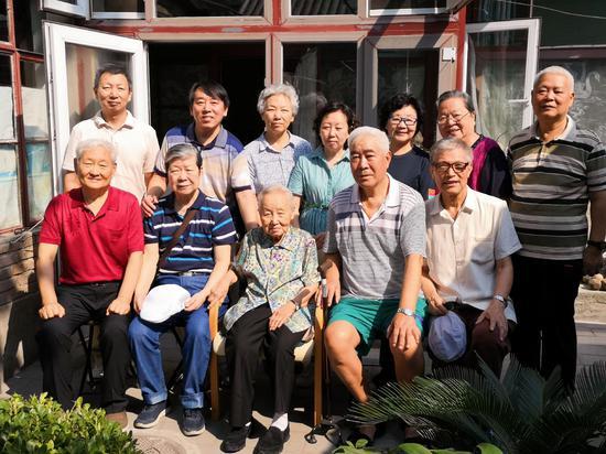 9月6日,在教师节前,老人们在老师家中再聚首合影。受访者供图