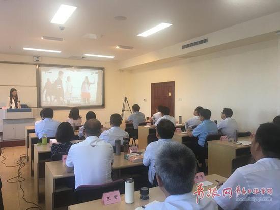 """9月18日,青岛市委党校第56期""""中青班""""初次开设了英语培训课程。 青报网 图"""