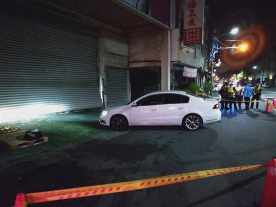 台湾一仓库凌晨遭10车包围冲撞 警方当场对空鸣枪