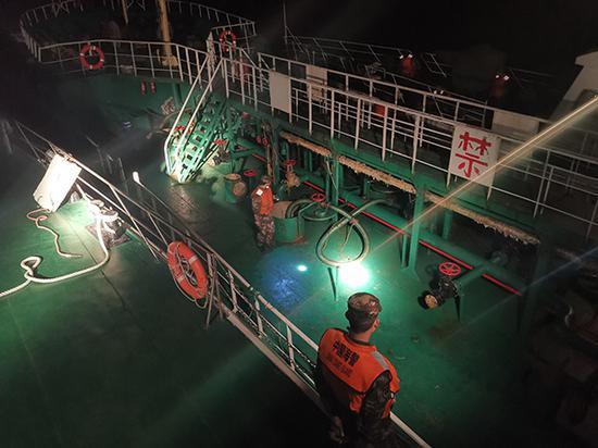 上海一夜抓2艘涉嫌走私油船舶 查获油品上千吨