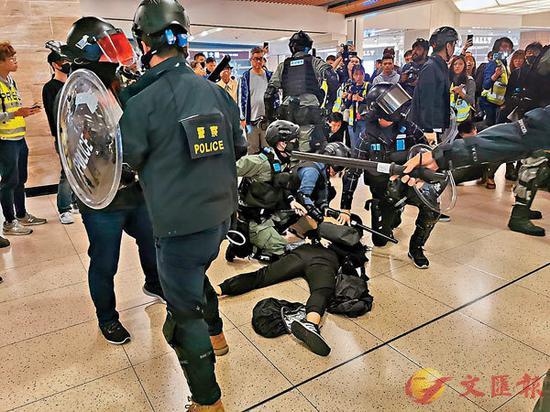 便衣警员及防暴警制服黑衣暴徒(图源:《文汇报》)