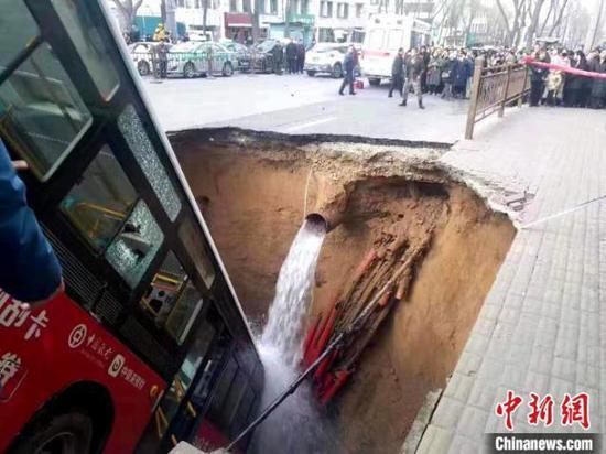 西宁路面坍塌公交坠坑 女司机正在医院救治图片