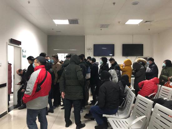 1月22日凌晨,武汉协和医院发热门诊内排队的患者。新京报记者 向凯 摄