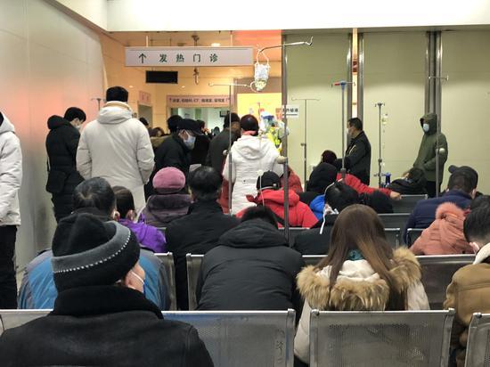 1月22日凌晨,同济医院发热门诊,许多患者在排队等待叫号。新京报记者 向凯 摄