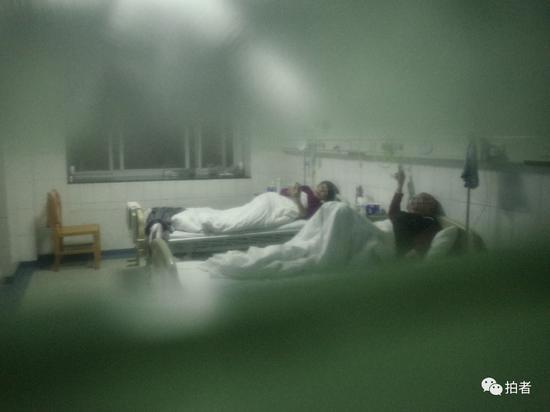 △1月22日,中南医院隔离区一病房外,透过玻璃看到的病房内景。