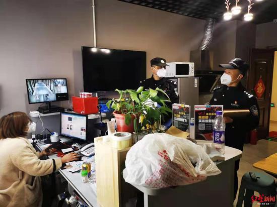 """55岁民警坚守12天 建6个微信群听4000人""""牢骚""""图片"""