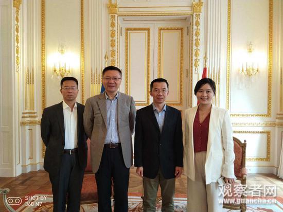 """2019年10月,""""讲好中国故事欧洲行""""到巴黎,受到驻法大使欢迎。左三为驻法大使卢沙野,左二为复旦大学中国研究院院长张维为,左一为本文作者宋鲁郑"""