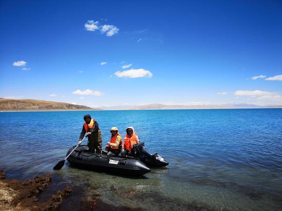 那曲区域巴木错湖泊温度链观察布设。