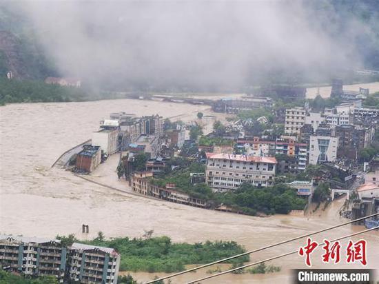 8月11日,受持续特大暴雨袭击,四川省北川老县城地震遗址道路积水最深1.5米。图为受暴雨袭击的北川老县城地震遗址。 付勇 摄