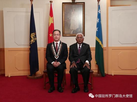 中国首任驻所罗门群岛大使李明向所总督递交国书图片