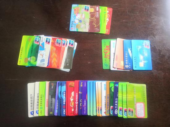 公安缴获涉案银行卡。来源:吕梁公安微信公众号