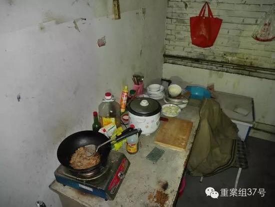 ▲案发后屋内锅里还有未盛出的饭菜。新京报记者 王嘉宁 摄