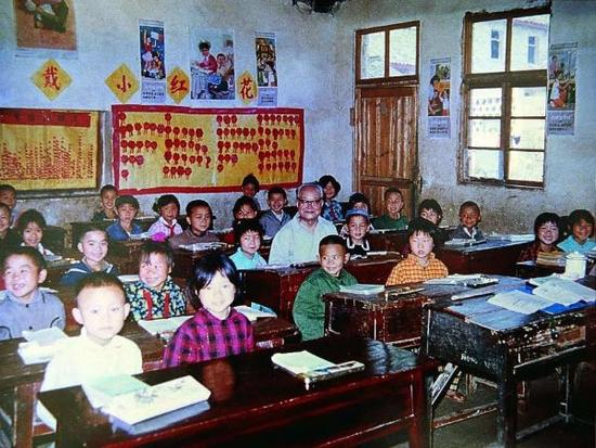 1982年沈从文最后一次回凤凰,在母校听课。