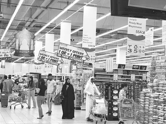 """卡塔尔多哈大型超市商品琳琅满目。据了解,超市里的当地商品在""""断交危机""""后增多。郭媛丹摄"""