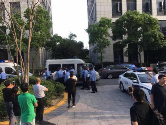 ▲联璧科技工作人员被警方带走接受调查(每经记者 冷辉/摄)